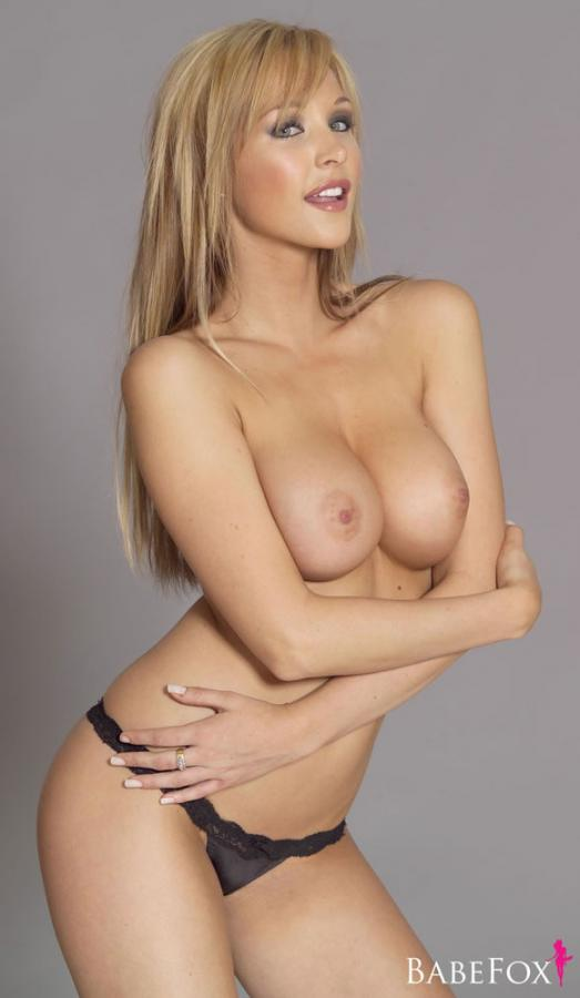 Emily Scott Blonde Showing Off Her Nice Juggs Images 275183