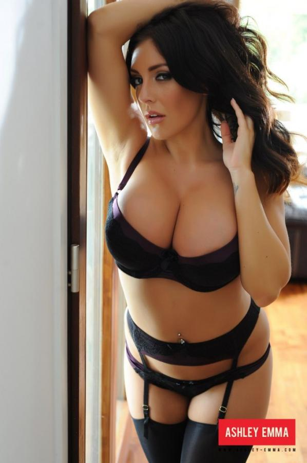 Ashley Emma Perfectly curved hottie shows off her attributes Images 304721